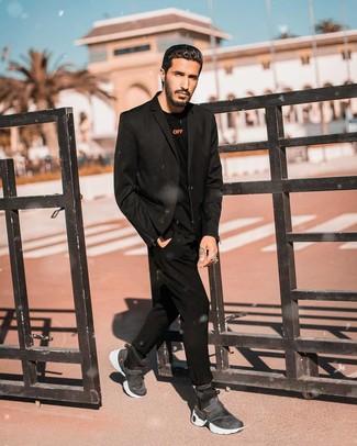 Tenue: Blazer noir, T-shirt à manche longue noir, Pantalon chino noir, Baskets montantes gris foncé