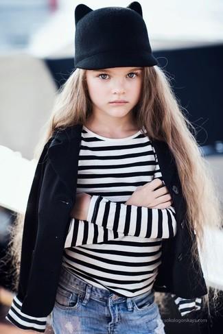 Comment porter: blazer noir, t-shirt à rayures horizontales blanc et noir, jean bleu clair, chapeau noir