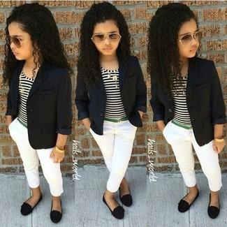Comment porter: blazer noir, t-shirt à rayures horizontales blanc et noir, pantalon blanc, ballerines noires