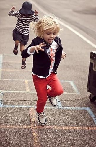 Comment porter: blazer noir, t-shirt blanc, jean rouge, baskets blanches