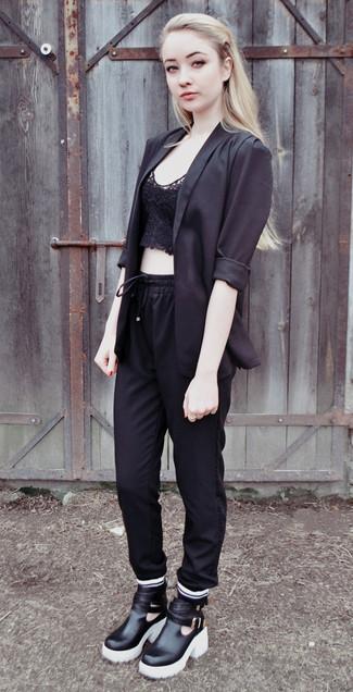 Comment porter: blazer noir, top court en dentelle noir, pantalon de jogging noir, bottines en cuir noires et blanches