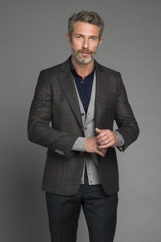 Comment porter: blazer en laine à carreaux olive, cardigan gris, polo bleu marine, pantalon de costume noir