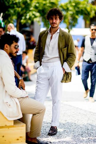 Comment porter: blazer en coton olive, chemise à manches longues blanche, pantalon de costume blanc, slippers en cuir bordeaux