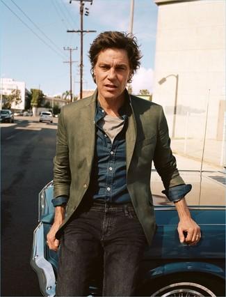 Comment porter: blazer olive, chemise à manches longues en chambray bleu marine, t-shirt à col rond gris, jean noir