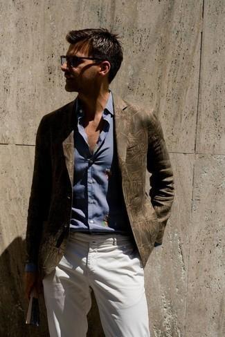 Tendances mode hommes: Essaie d'associer un blazer imprimé olive avec un pantalon chino blanc pour prendre un verre après le travail.