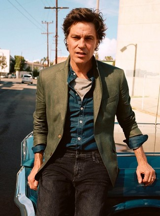Comment porter: blazer olive, chemise en jean bleu marine, t-shirt à col rond gris, jean noir