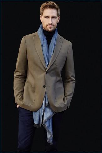 Comment porter: blazer olive, pull à col roulé noir, pantalon de costume bleu marine, écharpe bleu clair