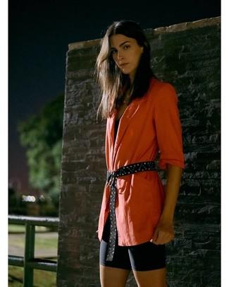 Comment porter: blazer orange, débardeur noir, short cycliste noir, ceinture en daim à clous noire