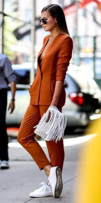 Comment porter: blazer orange, pantalon slim orange, baskets basses en cuir blanches, pochette en cuir à franges blanche