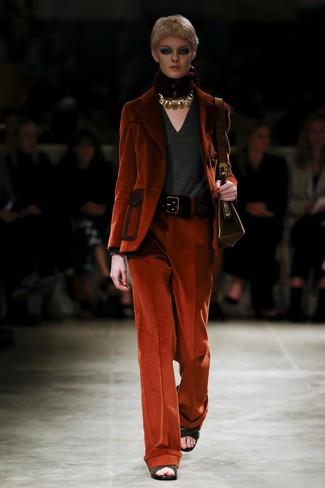 Comment porter: blazer en velours côtelé orange, pull à col en v gris foncé, pantalon large en velours côtelé orange, sandales à talons en cuir tressées noires