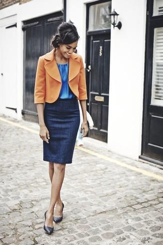 Comment porter: blazer en laine orange, top sans manches bleu, jupe crayon bleu marine, escarpins en cuir noirs