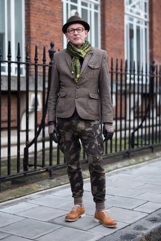 Comment porter: blazer en laine olive, pantalon cargo camouflage olive, chaussures derby en daim tabac, chapeau en laine marron foncé