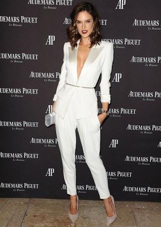 Harmonise un blazer blanc et bleu marine avec un pantalon carotte blanc et tu auras l'air d'une vraie poupée. Complète ce look avec une paire de des escarpins en daim gris.