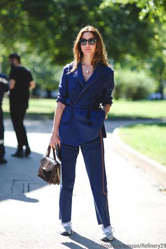 Porte un blazer en coton bleu marine et un pantalon chino bleu marine pour achever un style chic et glamour. Pourquoi ne pas ajouter une paire de des chaussures de sport grises à l'ensemble pour une allure plus décontractée?