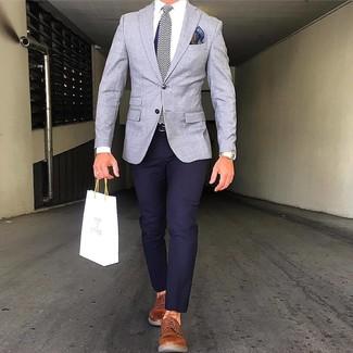 Comment porter: blazer gris, pantalon chino bleu marine, chaussures derby en cuir tabac, cravate en soie à chevrons bleu marine