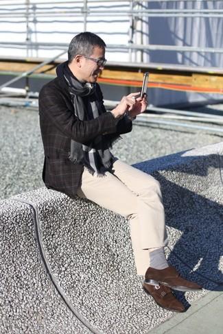 Comment porter: blazer en laine à carreaux marron foncé, pantalon chino beige, double monks en daim marron foncé, écharpe gris foncé