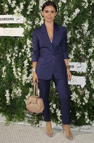 Tenue de Miroslava Duma: Blazer à rayures verticales bleu marine, Pantalon de costume à rayures verticales bleu marine, Escarpins en daim beiges, Pochette en cuir beige