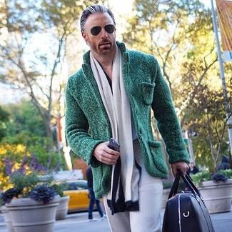 Comment porter: blazer en tricot vert foncé, pantalon de costume gris, grand sac en cuir noir, écharpe blanche et noire