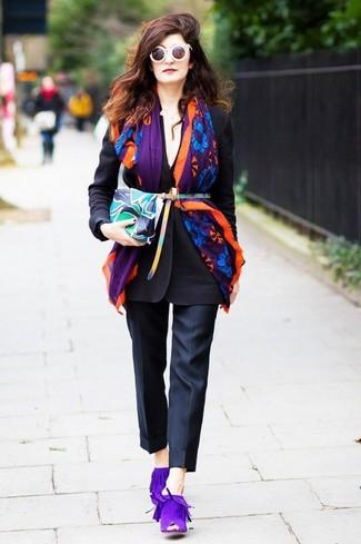 Comment porter: blazer noir, pantalon de costume noir, mules en daim violettes, pochette en cuir imprimée multicolore
