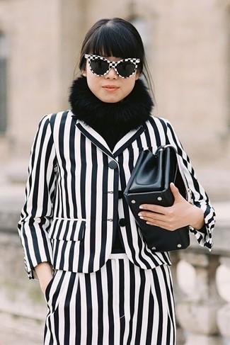Comment porter: blazer à rayures verticales blanc et noir, pantalon de costume à rayures verticales blanc et noir, pochette en cuir noire, écharpe en fourrure noire
