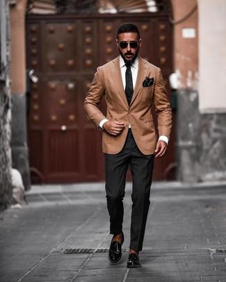 Comment porter: blazer marron clair, pantalon de costume noir, slippers en cuir noirs, cravate en soie noire