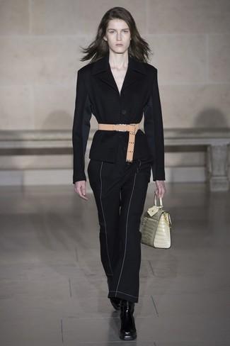 Comment porter: blazer noir, pantalon flare noir, bottines en cuir noires, cartable en cuir beige