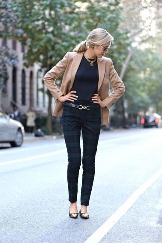 Comment porter un blazer marron clair: Pense à harmoniser un blazer marron clair avec un pantalon slim écossais bleu marine et vert et tu auras l'air d'une vraie poupée. Décoince cette tenue avec une paire de des ballerines en daim noires.