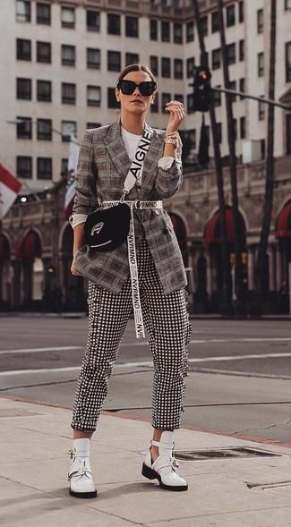 Comment porter: blazer écossais marron foncé, pantalon slim en vichy noir et blanc, bottines en cuir découpées blanches, sac bandoulière en daim noir