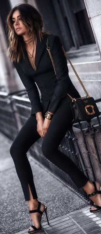Opte pour un blazer noir avec un pantalon slim noir pour achever un style chic et glamour. Une paire de des sandales à talons en daim noires est une option génial pour complèter cette tenue.