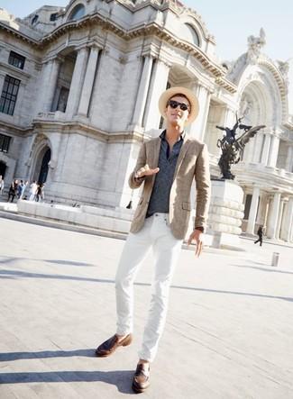 Comment porter: blazer écossais marron, polo à rayures horizontales bleu marine, jean blanc, slippers en cuir marron