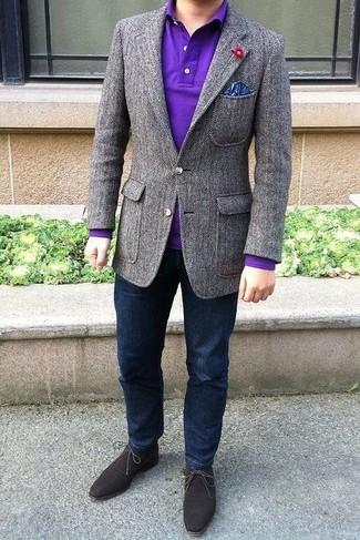Comment porter: blazer en laine gris, polo violet, jean bleu marine, bottines chukka en daim marron foncé