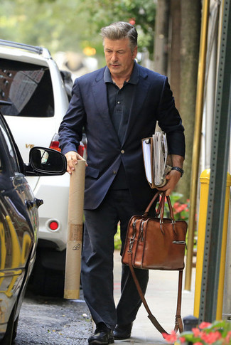 Comment porter: blazer bleu marine, polo noir, jean gris foncé, slippers en cuir noirs