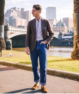 Comment porter: blazer en laine marron foncé, polo gris, jean bleu, slippers en daim tabac