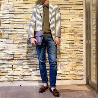 Comment porter: blazer à rayures verticales blanc, polo olive, jean bleu marine, mocassins à pampilles en daim olive
