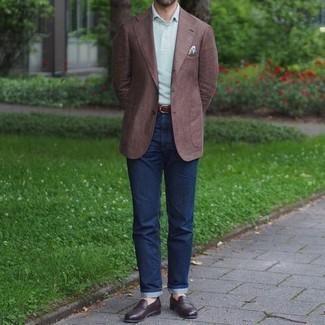 Comment porter un jean bleu marine: Pense à opter pour un blazer marron et un jean bleu marine si tu recherches un look stylé et soigné. Opte pour une paire de slippers en cuir marron foncé pour afficher ton expertise vestimentaire.