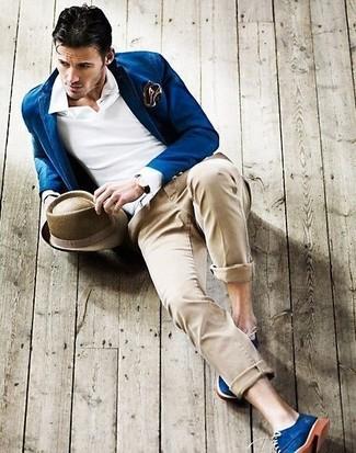 Comment porter: blazer bleu, polo blanc, pantalon chino beige, chaussures derby en daim bleues