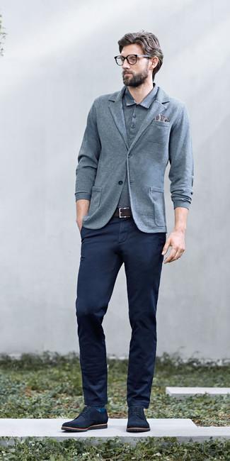 Comment porter: blazer en tricot gris, polo gris, pantalon chino bleu marine, chaussures derby en daim bleu marine