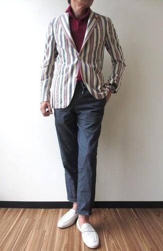 Comment porter: blazer en coton à rayures verticales multicolore, polo bordeaux, pantalon chino gris foncé, slippers en daim blancs