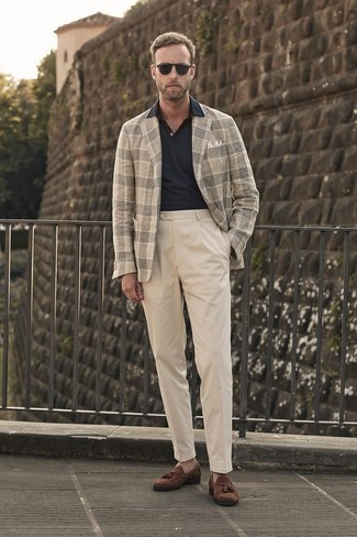 Comment porter: blazer en laine écossais beige, polo noir, pantalon chino beige, mocassins à pampilles en daim marron