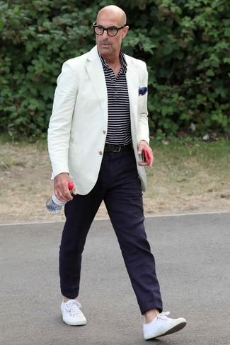 Comment porter: blazer blanc, polo à rayures horizontales bleu marine et blanc, pantalon chino bleu marine, baskets basses en toile blanches