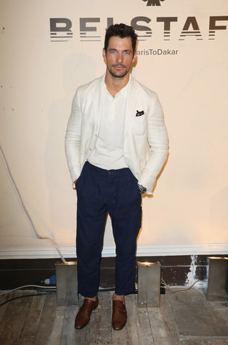 Comment porter: blazer blanc, polo blanc, pantalon chino bleu marine, double monks en cuir marron
