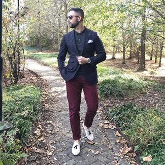 Tenue: Blazer à carreaux bleu marine, Polo noir, Pantalon chino bordeaux, Mocassins à pampilles en cuir blancs