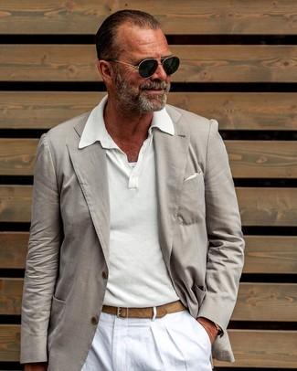 Comment porter: blazer beige, polo blanc, pantalon chino en lin blanc, pochette de costume blanche