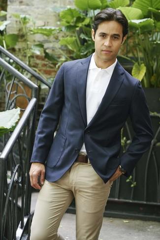 Comment porter: blazer bleu marine, polo blanc, pantalon chino marron clair, ceinture en cuir marron foncé