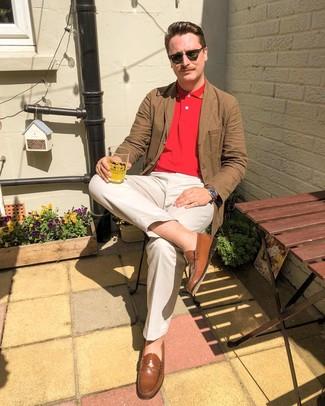 Comment porter: blazer en coton marron, polo rouge, pantalon chino beige, slippers en cuir marron