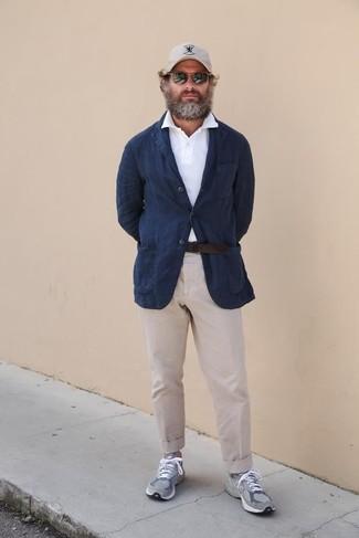 Comment porter un pantalon chino beige: Quelque chose d'aussi simple que d'harmoniser un blazer en lin bleu marine avec un pantalon chino beige peut te démarquer de la foule. Tu veux y aller doucement avec les chaussures? Fais d'une paire de des chaussures de sport grises ton choix de souliers pour la journée.