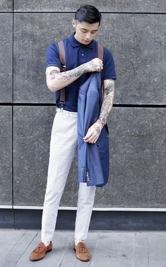 Comment porter un blazer bleu: Opte pour un blazer bleu avec un pantalon chino blanc pour un look idéal au travail. Une paire de des mocassins à pampilles en daim marron ajoutera de l'élégance à un look simple.