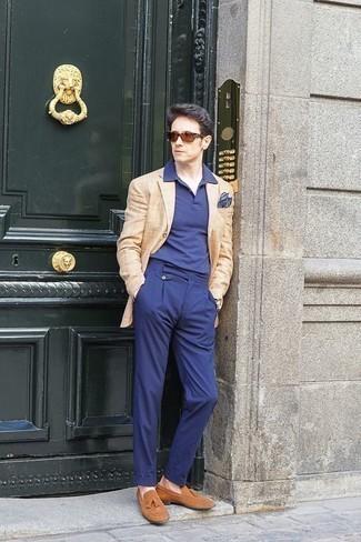 Comment porter une pochette de costume imprimée bleu marine: Essaie d'harmoniser un blazer à carreaux marron clair avec une pochette de costume imprimée bleu marine pour un look idéal le week-end. Jouez la carte classique pour les chaussures et choisis une paire de des mocassins à pampilles en daim marron clair.