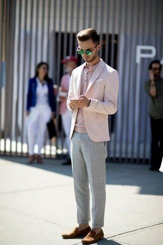 Comment porter des lunettes de soleil vertes: Pense à porter un blazer rose et des lunettes de soleil vertes pour une tenue relax mais stylée. Rehausse cet ensemble avec une paire de des slippers en daim marron.