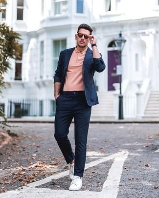 Tendances mode hommes: Associe un blazer bleu marine avec un pantalon chino bleu marine pour créer un look chic et décontracté. D'une humeur audacieuse? Complète ta tenue avec une paire de des baskets basses en toile blanches.